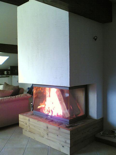installation d 39 une chemin e 3 faces socle en bois. Black Bedroom Furniture Sets. Home Design Ideas
